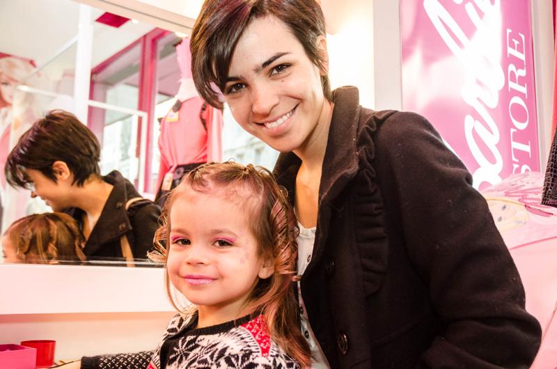 Agustina Cherri e hija en Barbie Store Recoleta